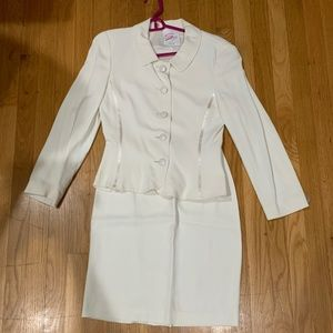 Pre-Ownded Gennyway 2 pcs Skirt Jacket Suit Cream